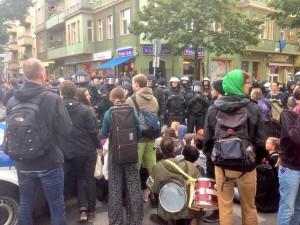 Prügeln und Reizgas an der Wiener Straße. Die Sitzblockade steht noch.