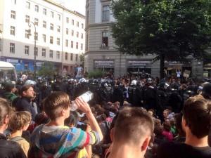 Multikulti in Kreuzberg: Berliner Polizei wartet auf Befehle zu Schmerzgriff, Bayern können es nicht fassen.