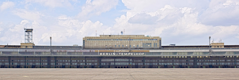 Das_ehemalige_Flughafengebaeude_mit_dem_Vorfeld